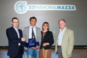 Salvatore Di Costanzo premiato da Claudio Mandelli (primo a sinistra), Giancarla vailati Mandelli e Giovanni Capoferri (presidente Aiac Gruppo di Bergamo).