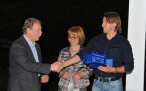 """Il presidente A.I.A.C. di Bergamo, Giovanni Capoferri, si congratula con Stefano Vecchi, """"allenatore dilettante"""" 2010."""